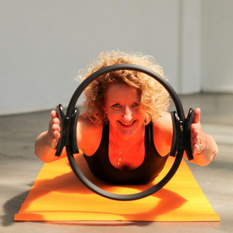 Pilates les volgen houdingen en oefeningen bij Pristine Yoga en Pilates van lerares Nancy Adams in Waalwijk Tilburg Noord-Brabant